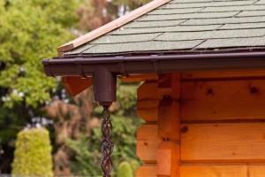 Bevestig eenvoudig een regenkettingset aan de dakgoot van uw tuinhuis of blokhut!