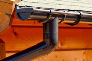 Kunststof dakgoot voor aan een chalet in de kleur antraciet.
