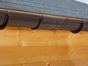 Een bruine dakgoot verbinder
