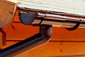 Kunststof (PVC) Extra 100 dakgoot met RWA afvoer in de kleur bruin.