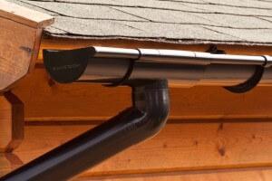 Kunststof (PVC) dakgoot met RWA afvoer in de kleur zwart.