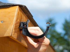 Een antraciete dakgoot beugel op een gootwighoekje