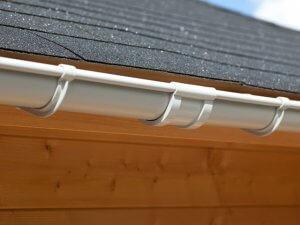 Een grijze dakgoot verbinder