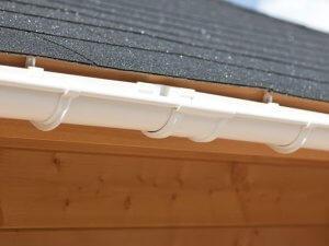 Een witte dakgoot verbinder